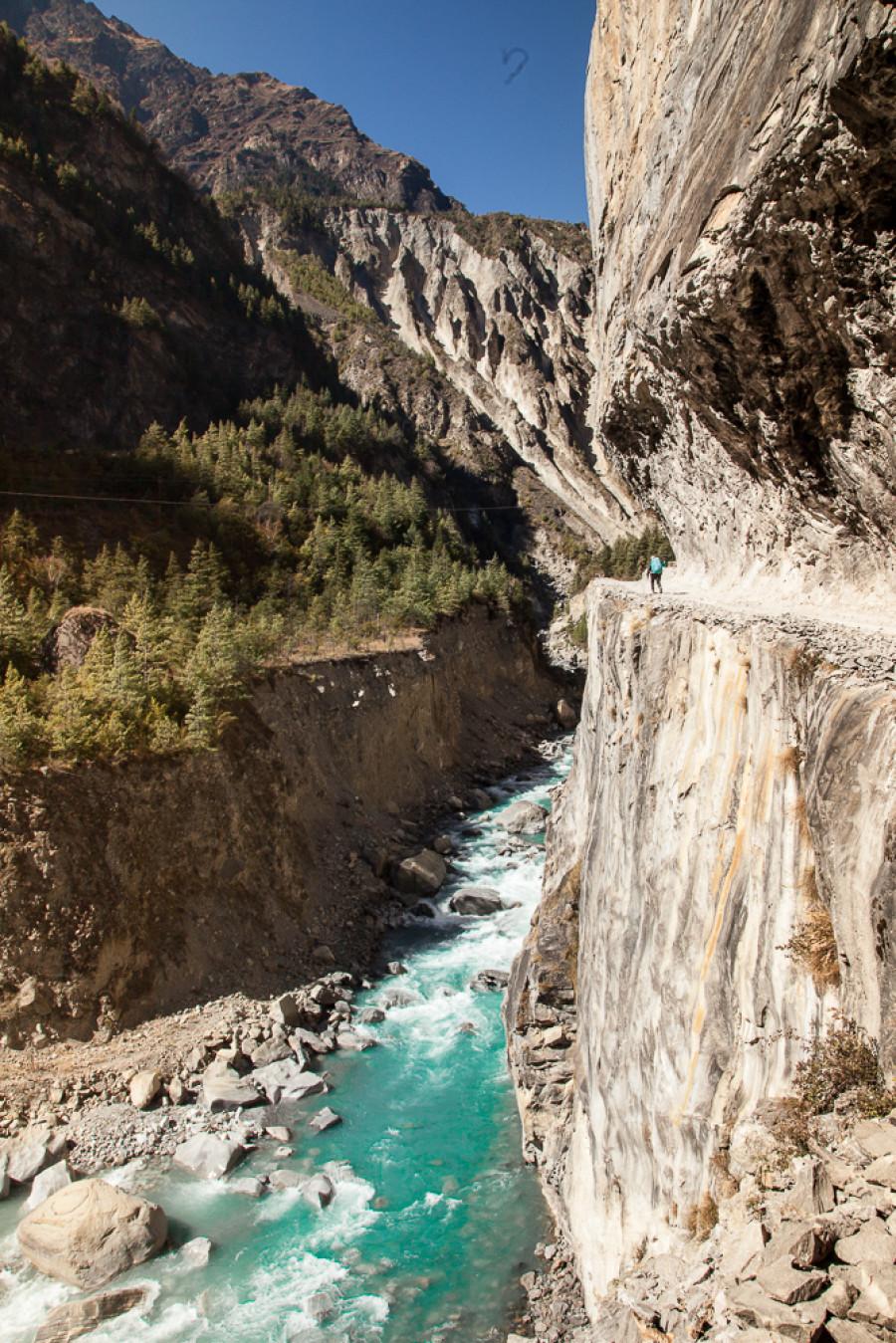 Náš nepálsky sprievodca Padam v područí skaly, do ktorej umné ľudské ruky vložili cestu. (Pavel Hirax Baričák)