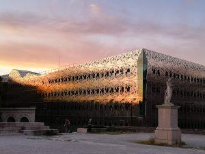 Slnko v Nantes zapadá. Konečne, veď už je niečo po desiatej večer.