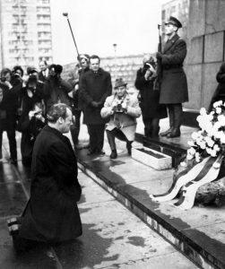 Willy Brandt kľaciaci v Poľsku na znak ospravedlnenia za prečiny jeho národa